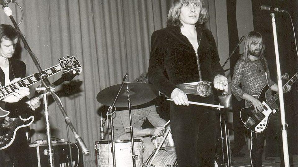 Jiří Schelinger na koncertě, vlevo jeho bratr Milan Schelinger