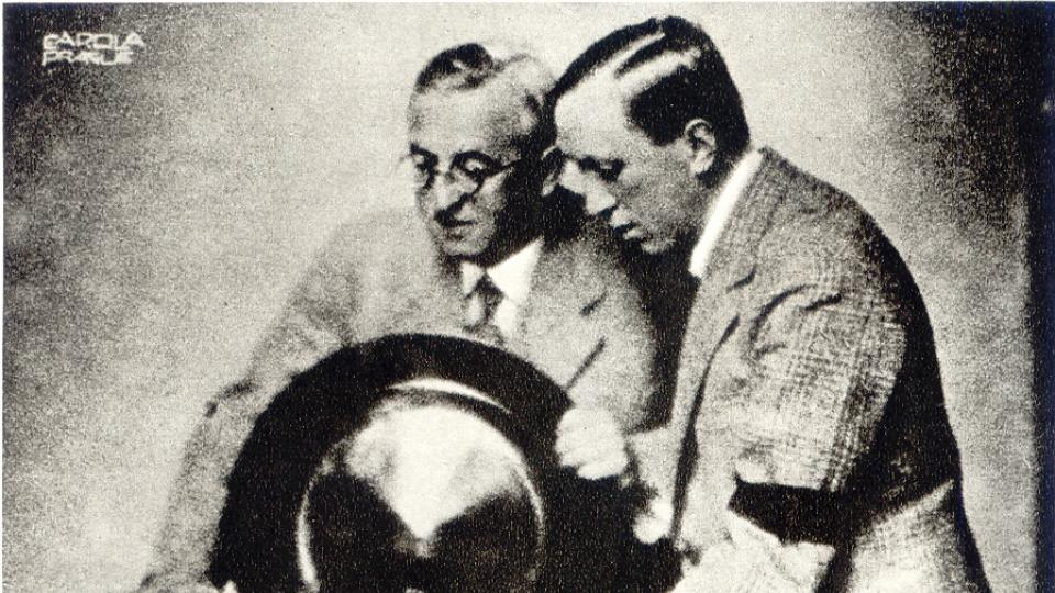 Bratři Josef a Karel Čapkovi u rádia (1938)