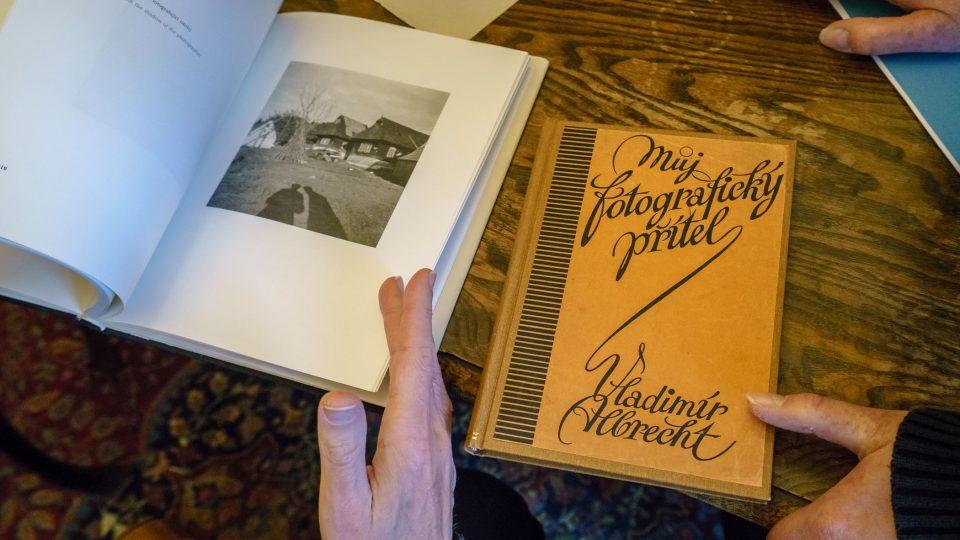 Ondřej Kepka a historik fotografie Pavel Scheufler si prohlížejí fotografie Karala Čapka