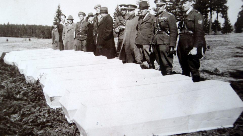 Exhumace obětí pochodu smrti u obce Čistá v květnu 1946 (Státní oblastní archiv Sokolov)