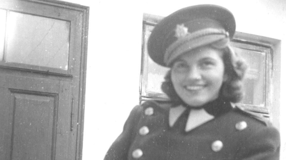 Hana Krupková v manželově uniformě