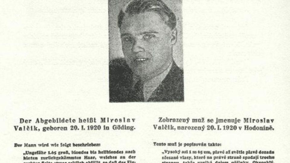 Na plakátu slibujícím odměnu za dopadení Josefa Valčíka je jeho křestní jméno uváděno nesprávně jako Miroslav