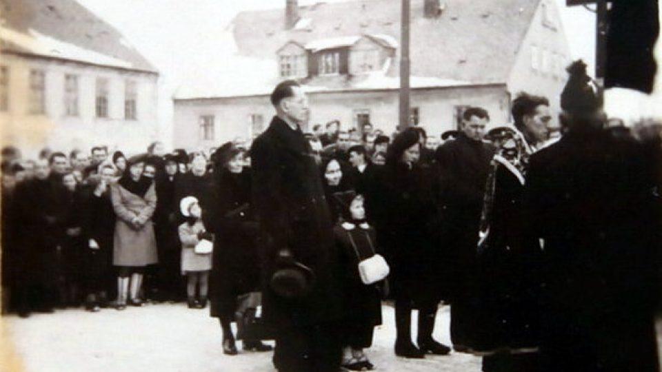 Pohřeb Rudolfa Červeného. Na fotografii jeho bratr a dcera. Dceři tehdy podle jejích slov maminka řekla, že její otec zemřel při autonehodě.