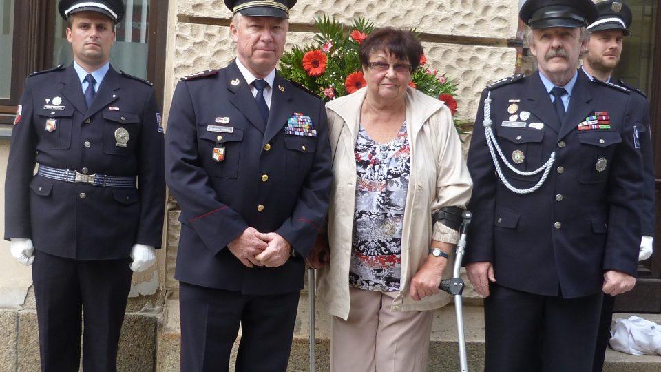 Při znovuodhalení pamětní desky v roce 2016 byla přítomna i dcera zavražděného strážmistra Rudolfa Červeného Zdeňka. Pamětní deska byla tentokrát umístěna na objektu Krajského ředitelství policie Libereckého kraje v ulici Mariánská.