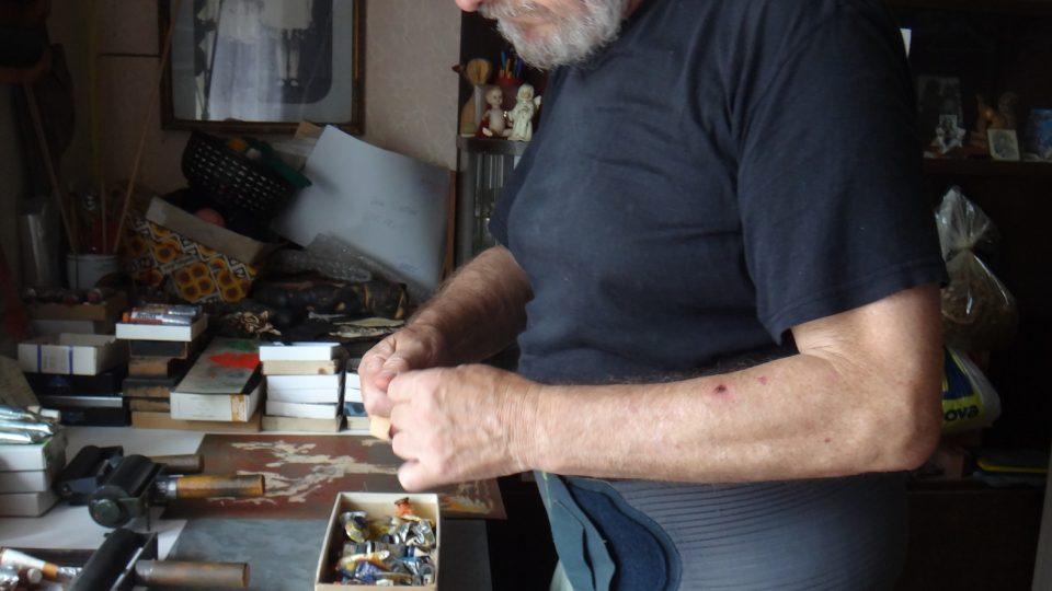 Oldřich Hamera ve svém ateliéru