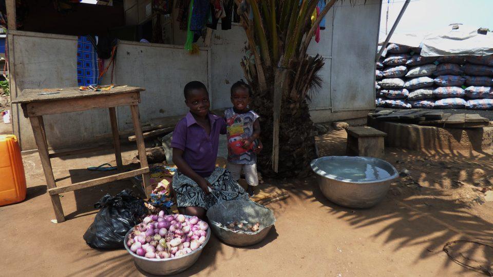 Děti pomáhají mamince s loupáním cibule