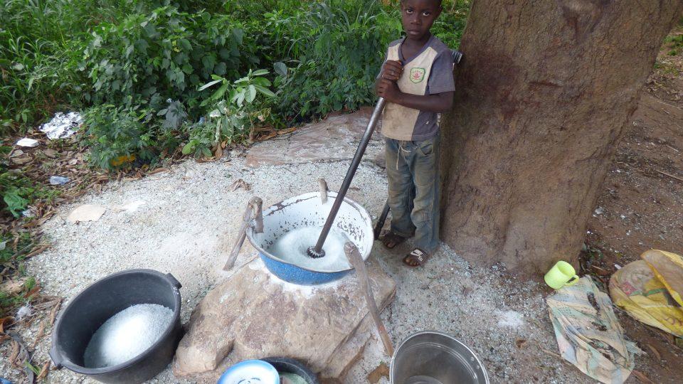 Sedmnáctiletý kluk pomáhá tatínkovi ve sklárně, a tak ocelovou tyčí tříští střepy