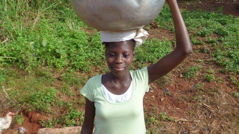 Dvanáctiletá holčička by měla být ve školní lavici, místo toho pomáhá mamince sklízet banány
