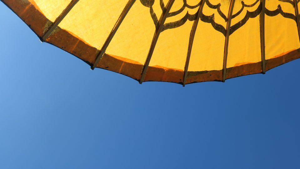 Nebe pod bambusovým slunečníkem