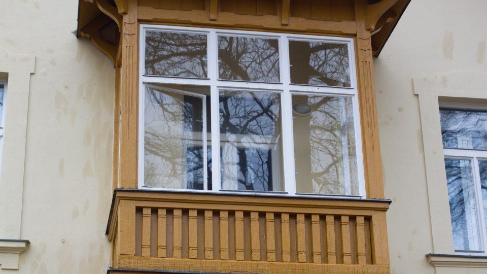 Zajímavě je na budově Českého rozhlasu Karlovy Vary vyřešen arkýř