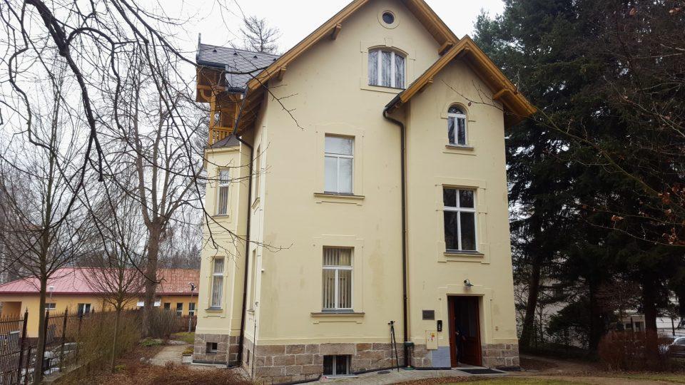 Už opravená vila, dnešní sídlo Českého rozhlasu Karlovy Vary