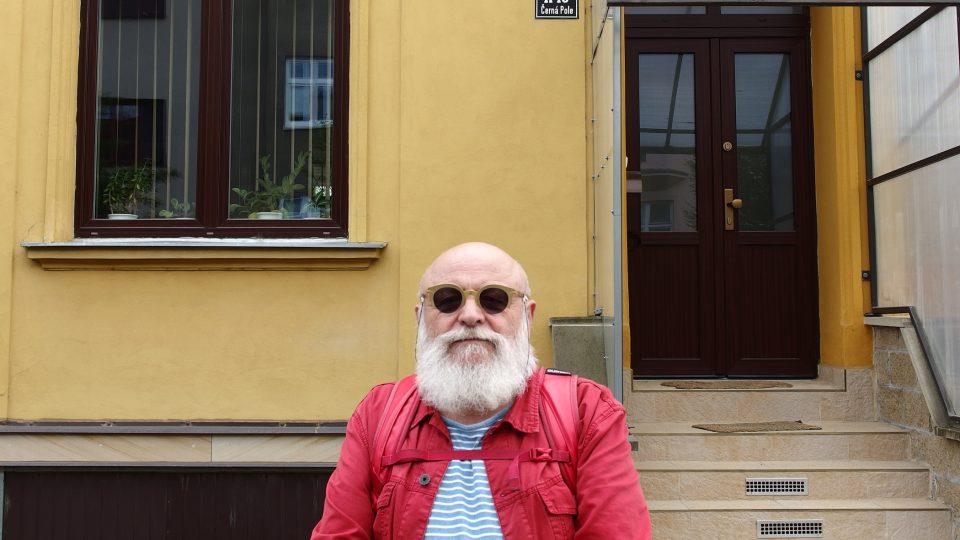 Arnošt Goldflam před rodinným domem, kde vyrostl