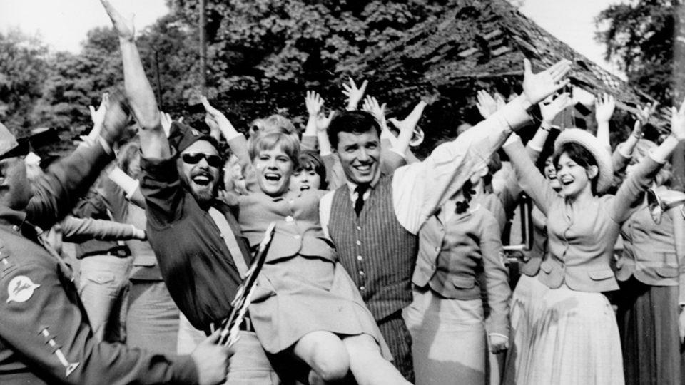 Kdyby tisíc klarinetů (1964), Eva Pilarová uprostřed)