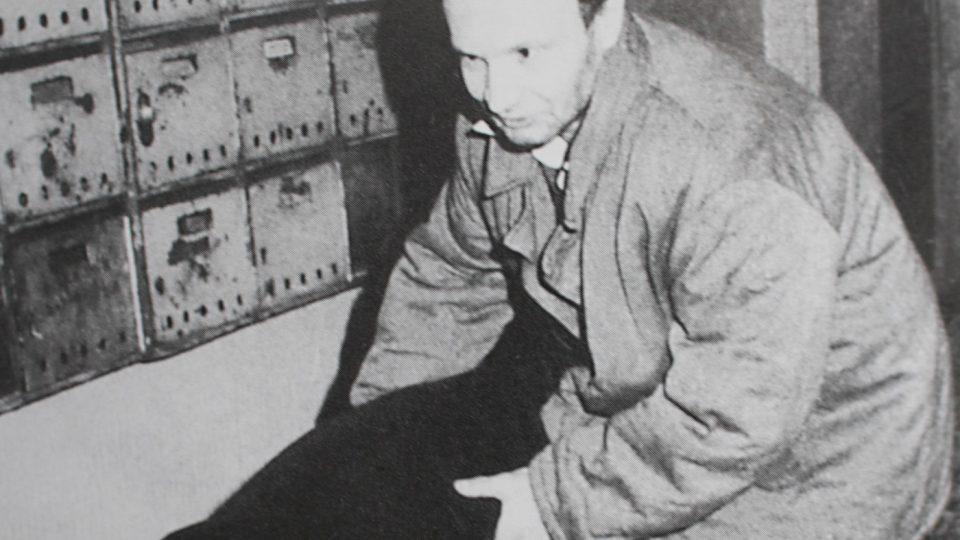 Jaroslav Kadlec při rekonstrukci vraždy s figurantem. Ludmilu Pražákovou napadl v průchodu domu, kde bydlela