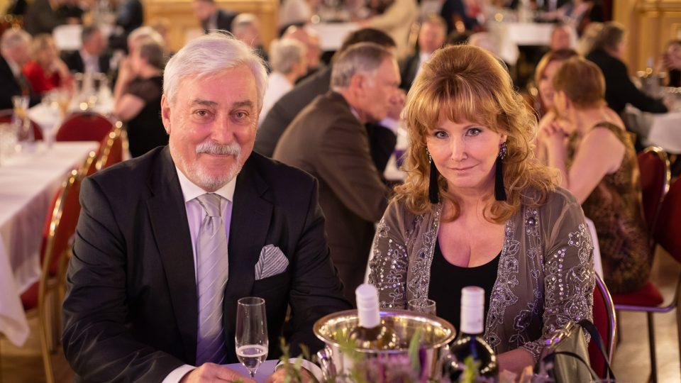 Jan Rosák na plese představil svůj pořad Bijáček. Na fotografii s manželkou Jiřinou