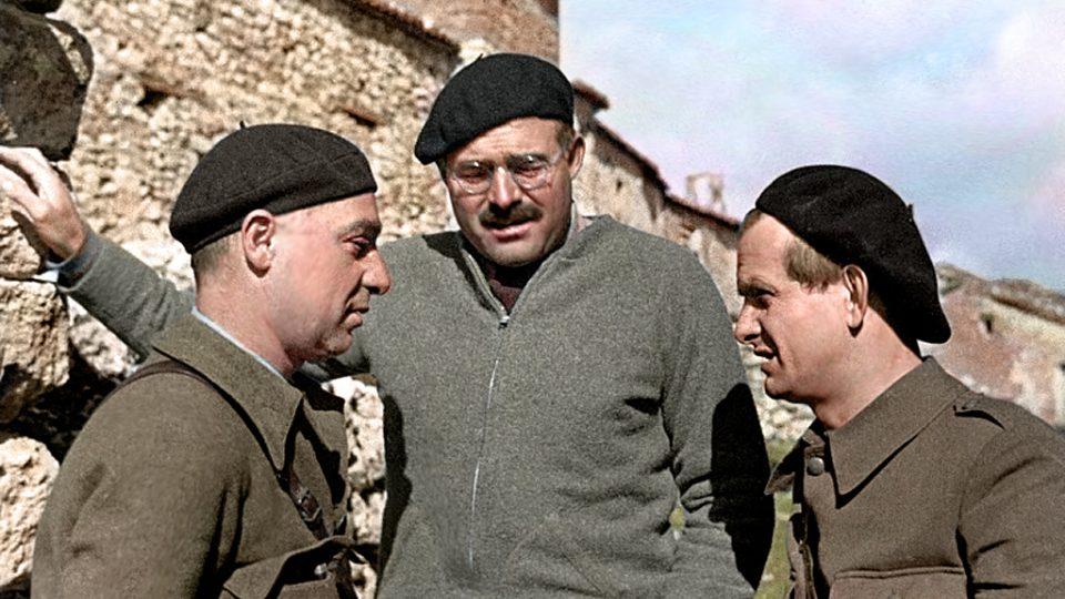 Ernest Hemingway s Iljou Erenburgem a Gustavem Reglerem během občanské války ve Španělsku (1937)