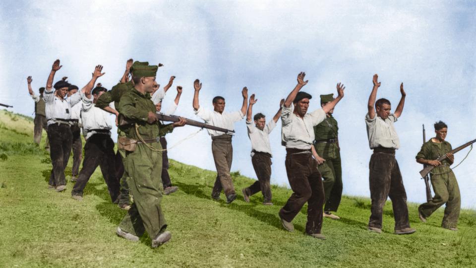 Frankovy vojáci odvádějí republikánské bojovníky během občanské války ve Španělsku (1936)