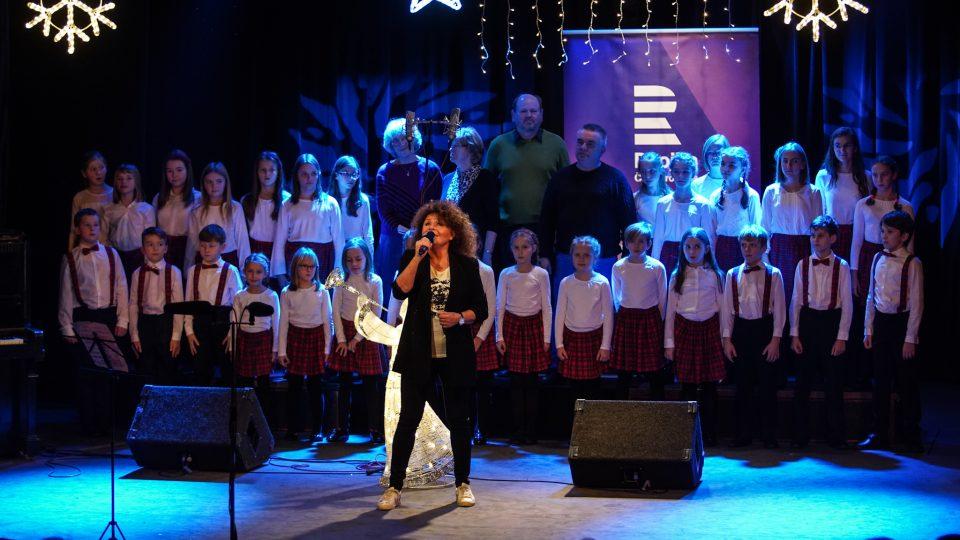Jitka Zelenková, dětský pěvecký sbor Škatulata a senioři Centra Elpida (Koncert pro Ježíškova vnoučata na Dvojce)