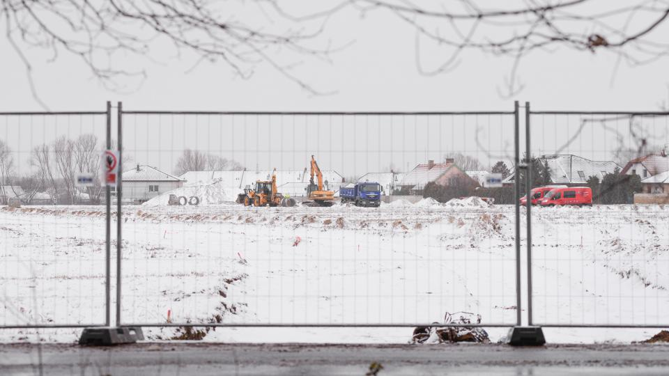 Oplocené staveniště. V těsné blízkosti stávající zástavby vzniká ve Svítkově stovka nových parcel