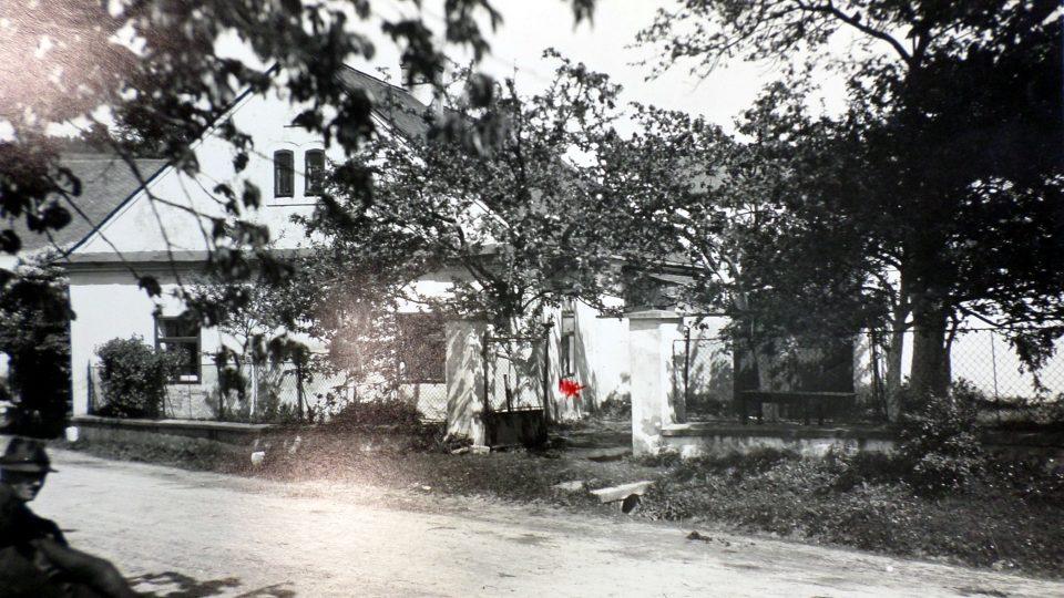 Farní budova v Gruně se zahradou, kudy pachatel vnikl do budovy oknem