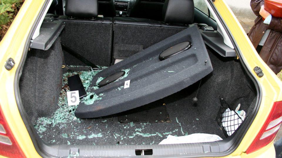 Pohled na zavazadlovou část auta, které srazilo Karla Pravce