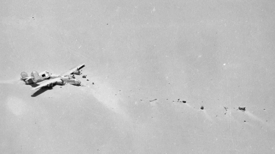 Trosky letounu B24 Lady Be Good nalezené v Libyjské poušti v roce 1958