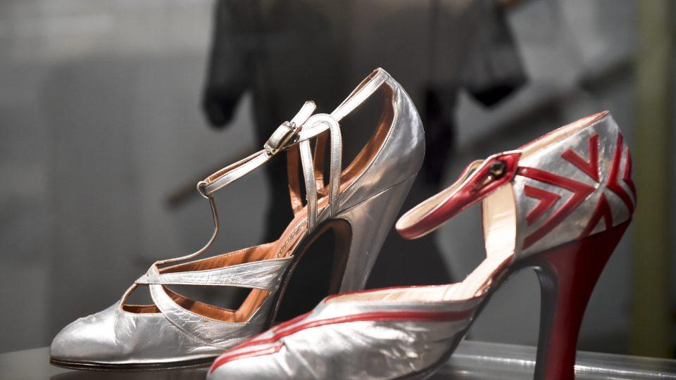 Výstava Hana Podolská, legenda české módy, připomíná nejznámější a nejoblíbenější módní salon v meziválečné české společnosti.