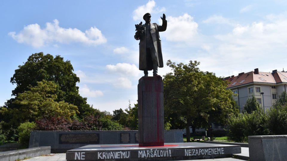 Pomalovaná socha maršála Ivana Koněva v Praze 6 Dejvicích