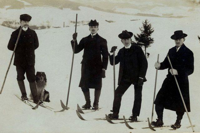 První lyžníci v Hronově v roce 1903: počtovní úředník Šára,  továrník Posselt a učitelé Švorčík s Matějkou   foto: Muzeum zimních sportů Emericha Ratha