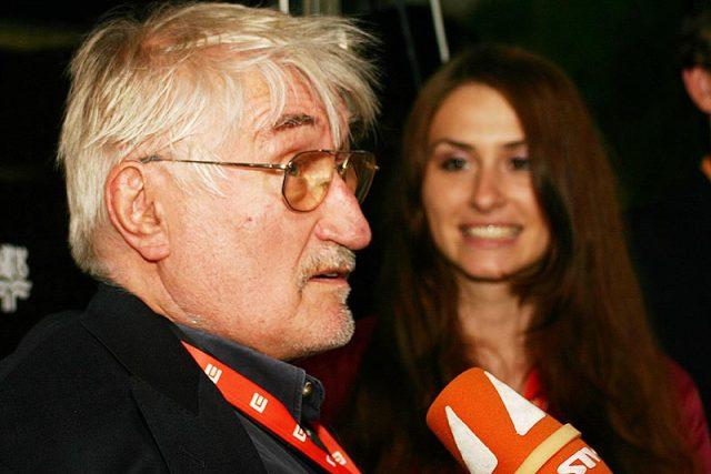 herec Pavel Landovský nepřišel po modrém koberci, ale bočním vchodem, přesto ho odchytil štáb Slovenské televize