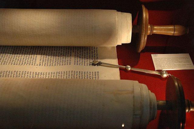 Svitek tóry s ukazovátkem | foto: © Židovské muzeum v Praze
