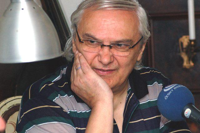 Moderátor pořadu Nostalgické muzeum zábavy Ondřej Suchý