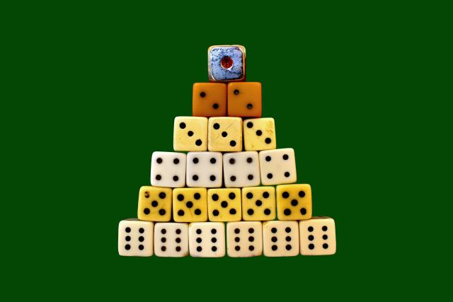 Pyramida z hracích kostek