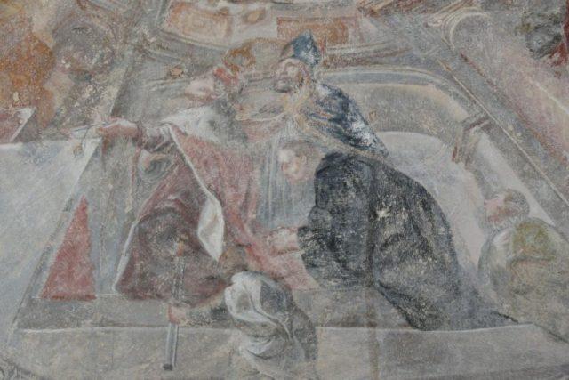Křížová chodba kláštera v Sázavě. Kníže Břetislav I. v hermelínovém plášti, biskup Šebiř s modrou mitrou a klečící sv. Prokop