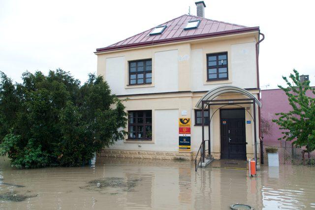 Zatopená pošta. Při ničivých povodních v roce 1997 zalila voda celé přízemí.