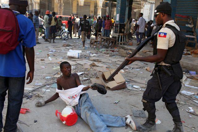 Jan Šibík: Rabování a násilí po zemětřesení (Port-au-Prince, Haiti, leden 2010)