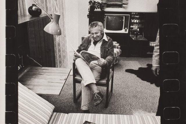 Adolf Vrhel: Herec Miroslav Horniček doma (1970)