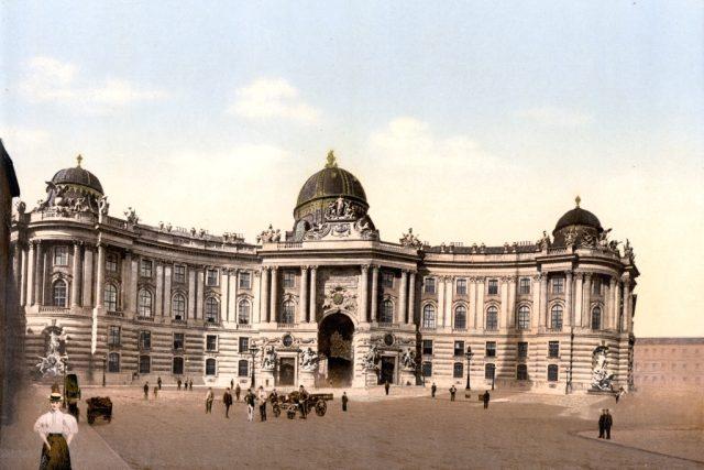 Císařský palác Hofburg ve Vídni na pohlednici z konce 19. století   foto: Wikipedia,  public domain - volné dílo