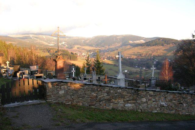 Paseky nad Jizerou,  hřbitov u kostela svatého Václava,  v pozadí Rokytnice nad Jizerou a Krkonoše  (snímek uživatele ŠJů) | foto:  Wikipedia,  licence Creative Commons Attribution 3.0 Unported