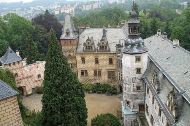 Hrad a zámek Frýdlant. Pohled od hradu na zámecké nádvoří s Dolním zámkem a Kastelánským křídlem  (snímek uživatele Thalion77). | foto: Wikipedia,  public domain - volné dílo