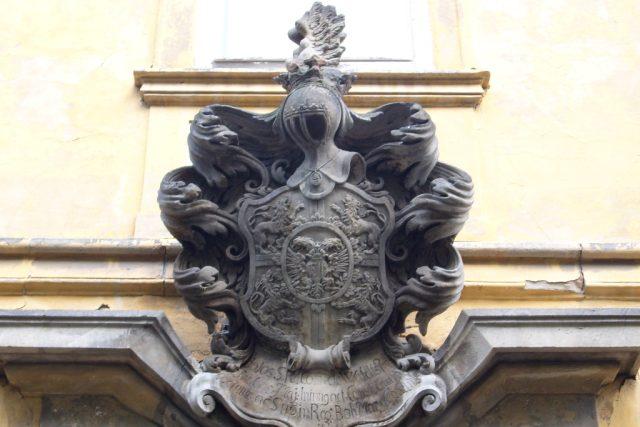 Znak pánů z Valdštejna,  zámek Duchcov   foto: uživatel Zacatecnik,  Wikimedia Commons,  CC0 1.0