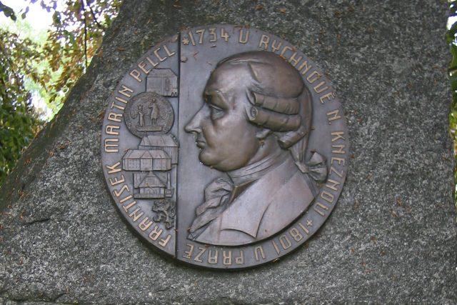 Pomník Františka Martina Pelcla v Rychnově nad Kněžnou | foto: Creative Commons Attribution 3.0 Unported,  User Manka