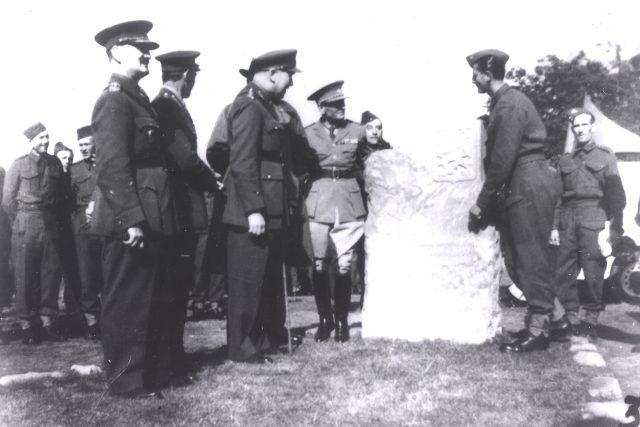 František Bělský (vpravo) u památníku v Cholmondeley po jeho slavnostním odhalení 28. září 1940
