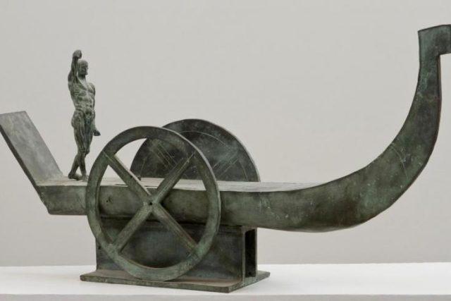 Karel Machálek-Zlín, Sluneční bárka, 1989, bronz, 44 × 84,5 × 16,5 cm