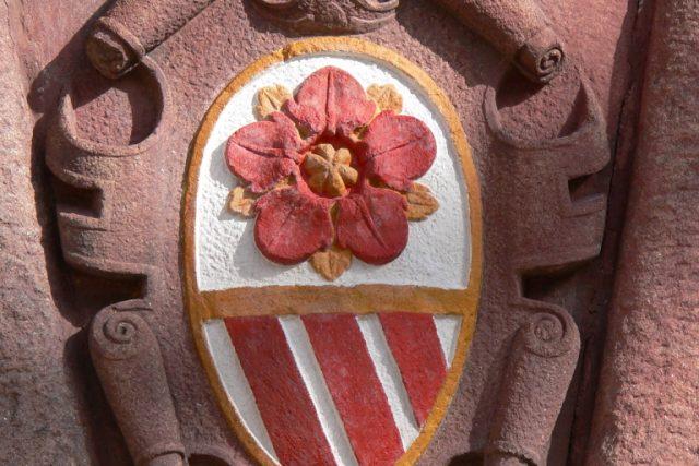 Rožmberský znak na vstupní bráně do vnitřního nádvoří třeboňského zámku