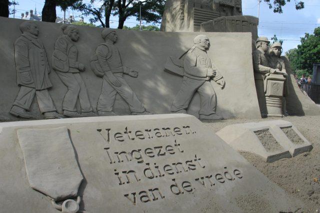 Veteráni. Nasazeni ve službě míru, hlásá nápis na haagském pomníku