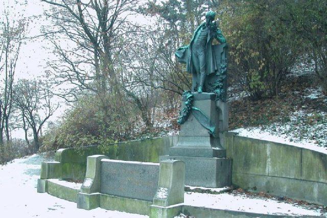 Myslbekův pomník Karla Hynka Máchy na pražském Petříně   foto: licence Creative Commons Attribution 3.0 Unported,  Daniel Hulme