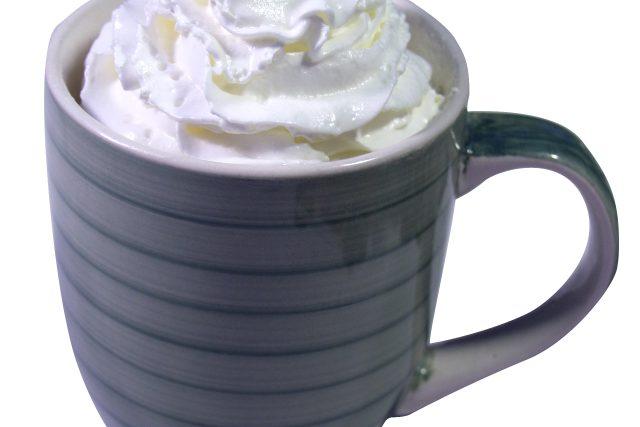 šlehačka, hrnek se šlehačkou, káva se šlehačkou