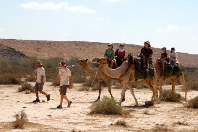 Výprava mladých Izraelců v Negevské poušti
