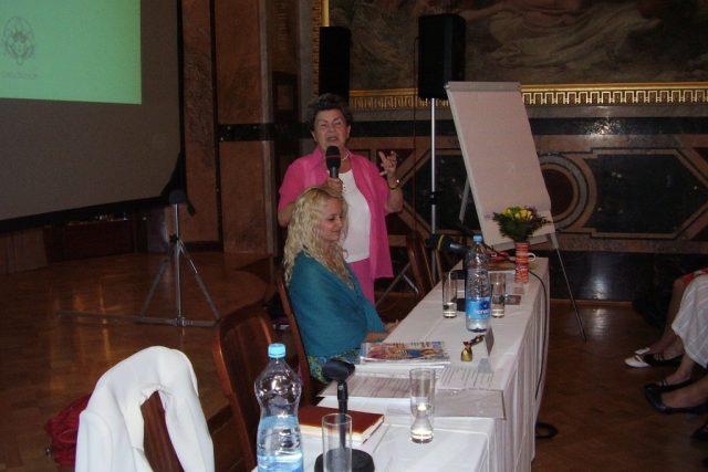 Jiřina Prekopová (s mikrofonem) a Taťána Horká na semináři Obnova lásky v rodině v Obecním domě